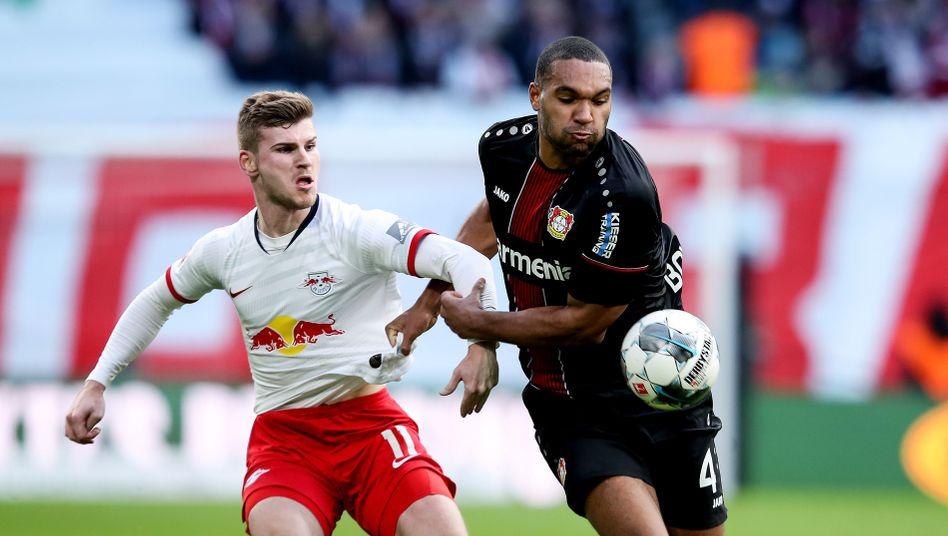 Leipzigs Timo Werner (l.) im Duell mit Leverkusens Jonathan Tah