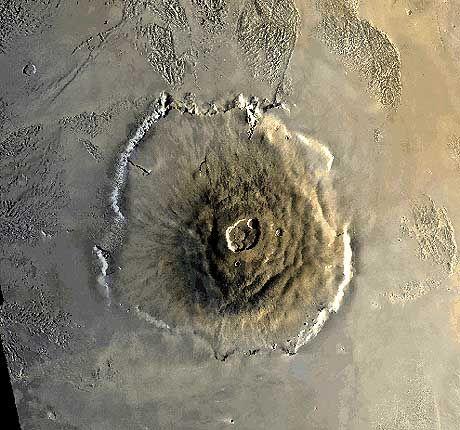 """Gewatige Höhe: Olympus Mons, mit rund 25 Kilometern der höchste Vulkan auf dem Mars, aufgenommen von den """"Viking""""-Sonden"""