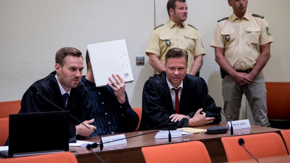 Der Angeklagte Philipp K. zusammen mit seinen Anwälten im Münchner Landgericht