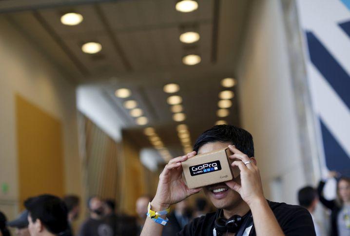 Ein Konferenzteilnehmer mit Googles VR-Brille: Virtual Reality vor dem Durchbruch?