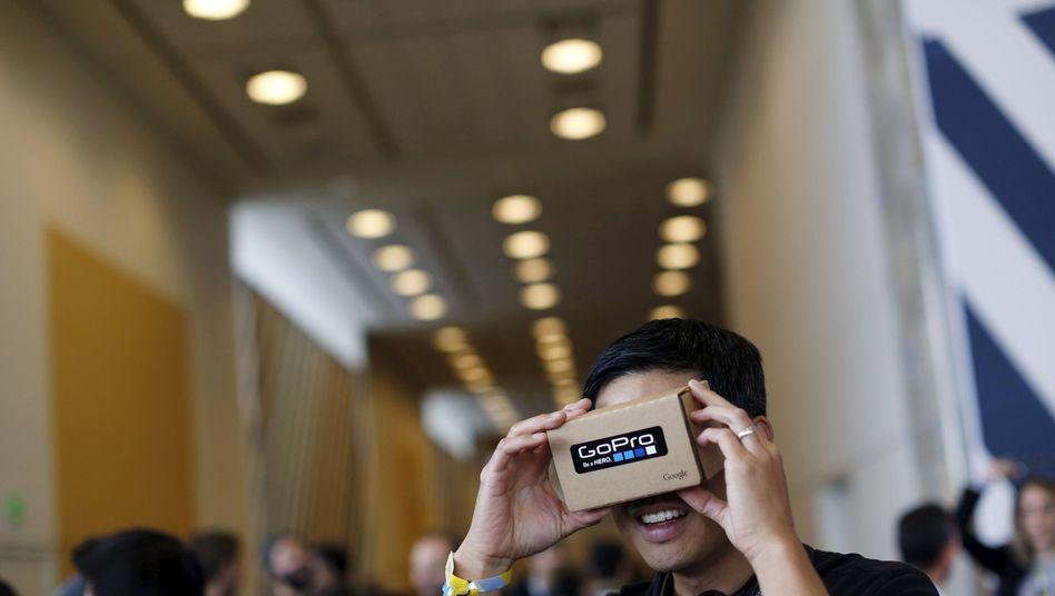 Nutzer mit der Google Cardboard: Bald könnte es offenbar eine selbstständig funktionierende VR-Brille von Google geben