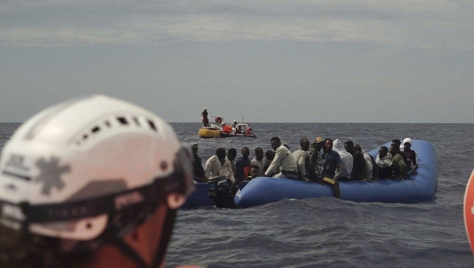 Seenotretter treffen auf dem Mittelmeer auf Geflüchtete in einem Gummiboot (Archivbild)