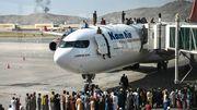 Afghanen klammern sich an Flugzeugen fest