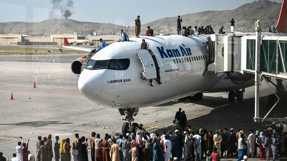 Menschen auf einem Flugzeug am Airport Kabul