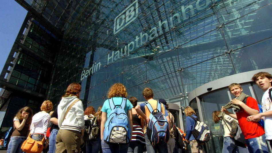 Reisegruppe vor dem Berliner Hauptbahnhof (Symbolbild)