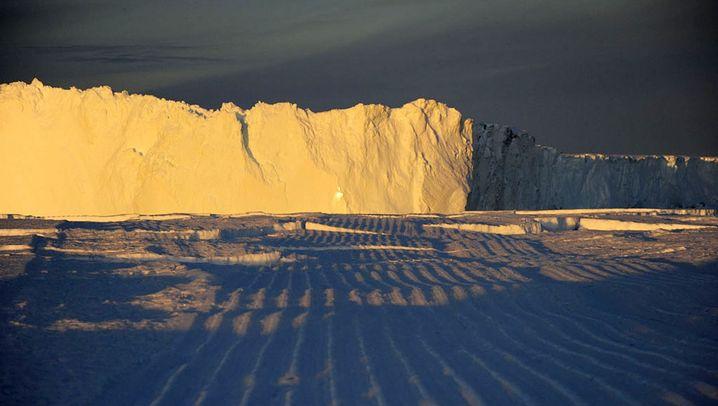 Antarktis: Eisberg rammt Küste