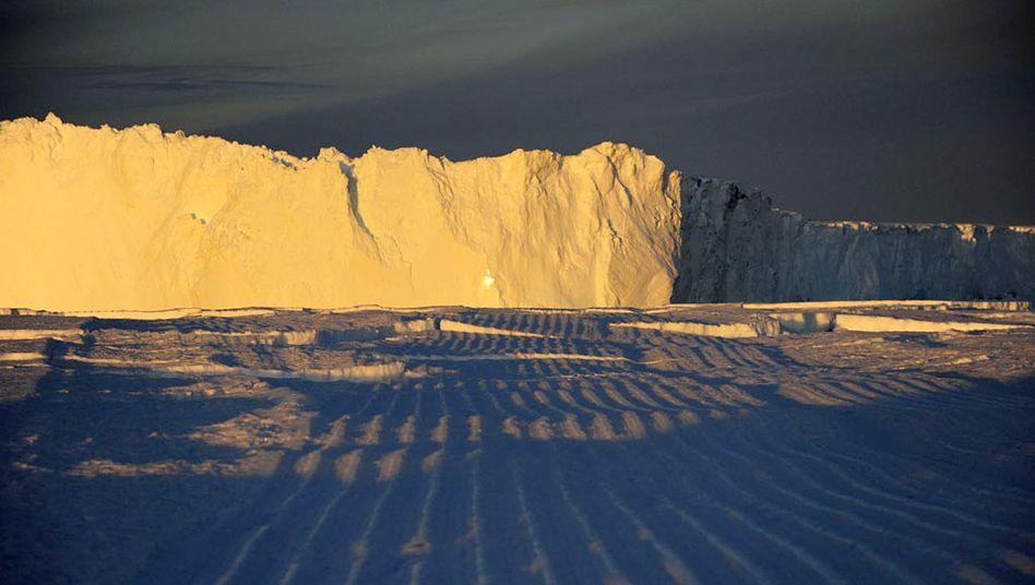 Eisberg B-15-K vor der antarktischen Küste: Sein Aufprall ließ das Schelfeis brechen