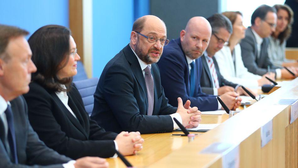 SPD-Politiker Andrea Nahles (2.v.l.), Martin Schulz