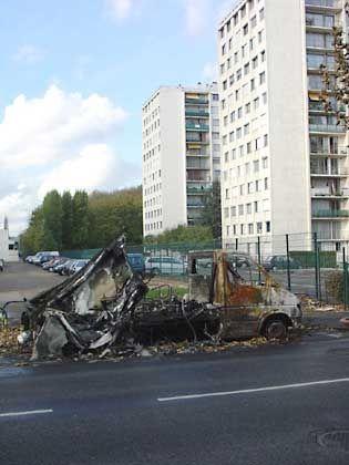 Ausgebrannte Autos gehören dieser Tage zum Pariser Stadtbild