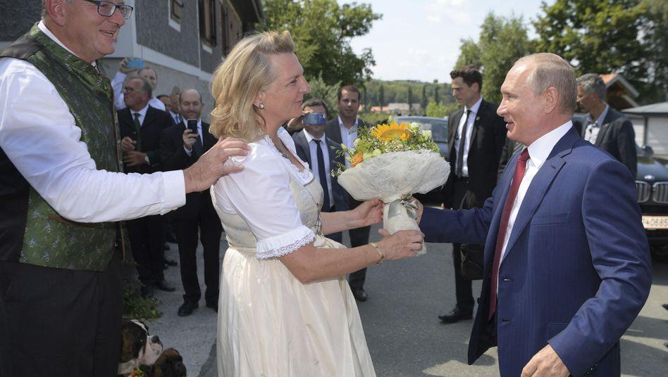 Karin Kneissl mit Bräutigam Wolfgang Meilinger (l.) und Wladimir Putin