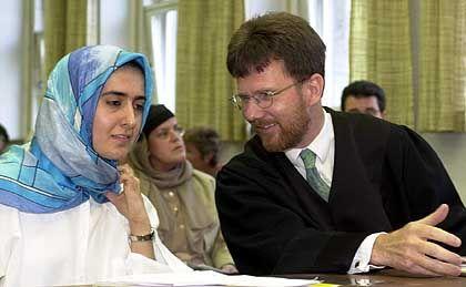 Fereshta Ludin (mit ihrem Anwalt Hansjörg Melchinger): Urteil positiv oder negativ?