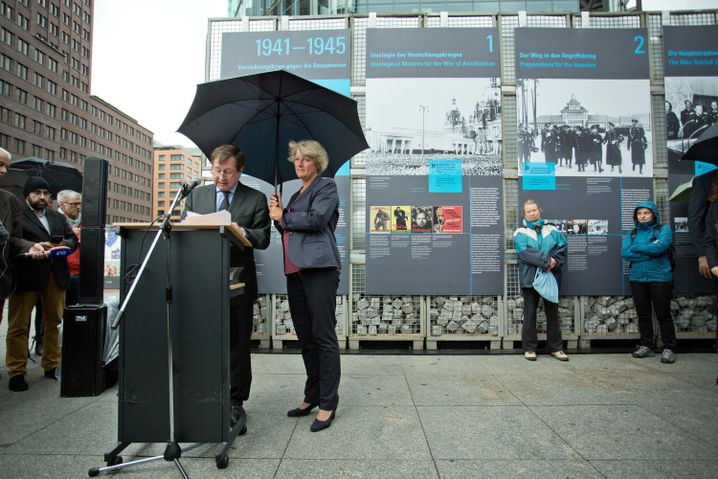Russischer Botschafter Grinin, Staatsministerin Grütters während der Eröffnung der Ausstellung in Berlin