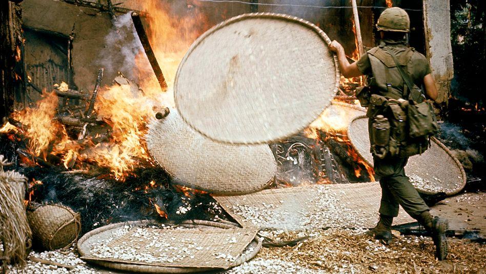 Ein Soldat facht das Feuer an.