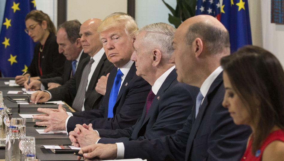 US-Präsident Donald Trump mit EU-Repräsentanten in Brüssel (Archivbild)