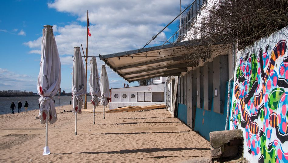 Geschlossene Strandbar am Elbstrand bei Övelgönne