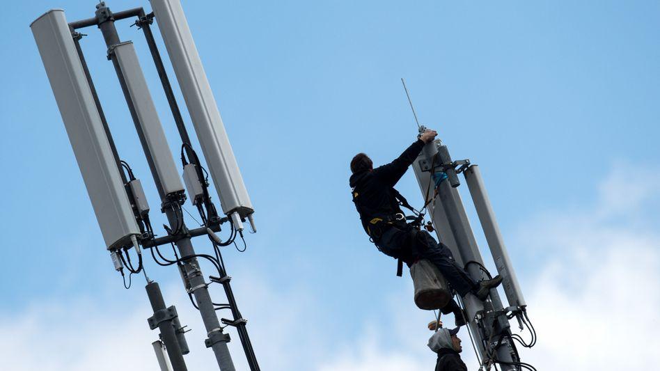 Wartungsarbeiten an einem Mobilfunkmast. In den Überschwemmungsgebieten muss zunächst die Stromversorgung wiederhergestellt werden