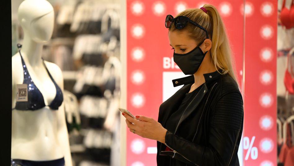 Der Mund-Nasen-Schutz beim Einkaufen soll auch weiter vorgeschrieben bleiben