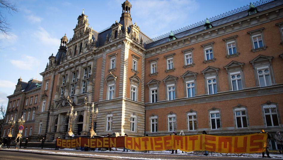 »Gegen jeden Antisemitismus«: Proteste vor dem Gericht in Hamburg