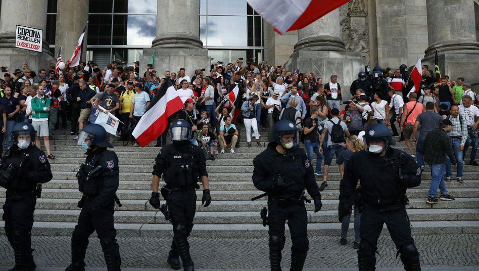 Demonstranten auf der Treppe des Reichstags, 29.8.2020