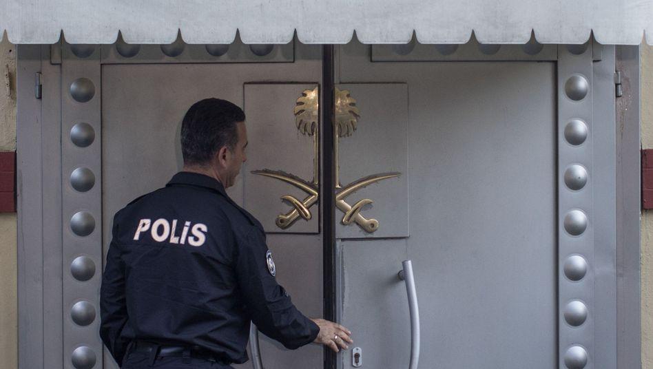 Polizist vor dem saudi-arabischen Konsulat in Istanbul
