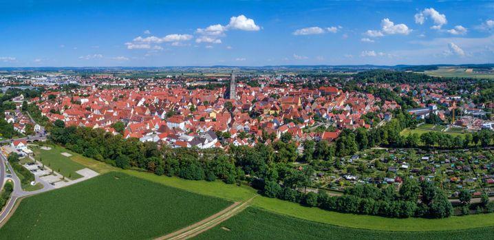 Stadtansicht von Nördlingen mit mittelalterlicher Stadtmauer