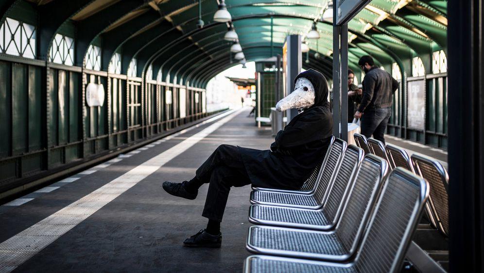 Mann mit Maske am U-Bahnhof Eberswalder Straße, Berlin