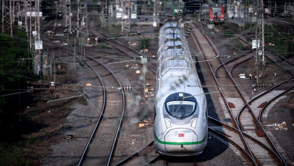 ICE am Hauptbahnhof Essen: Die Bahn rast in die roten Zahlen