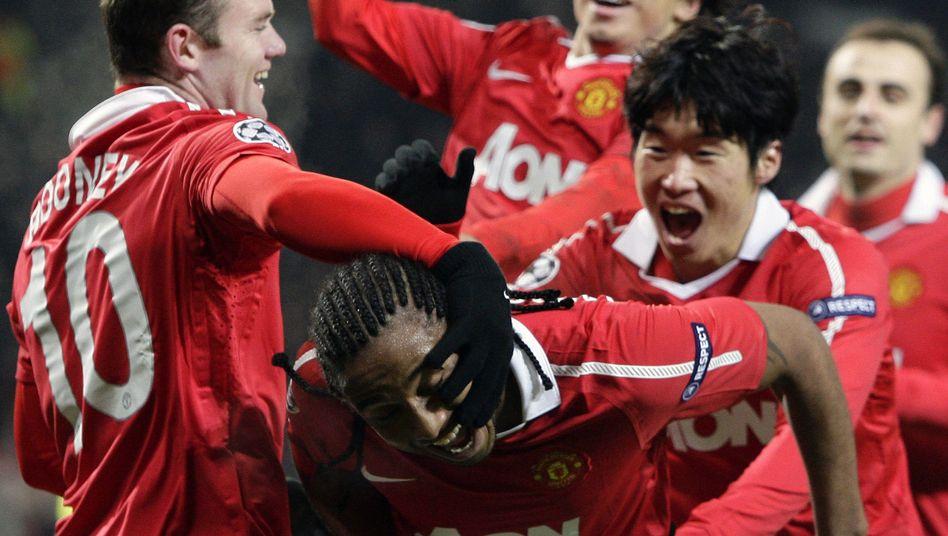 United-Spieler feiern Rooney (l.): Drei Tore gegen Arsenal (Archiv-Bild)