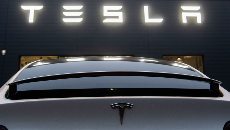 """Tesla bewarb seine Modelle wie dieses vor einem Verkaufsgeschäft des Herstellers in Hannover auch mit den Vorzügen des Fahrassistenzsystems """"Autopilot"""" - versprach dabei aber offenbar zu viel"""