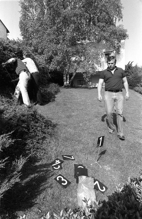 Ermittler in Karrys Garten (am 11. Mai 1981): Alle Spuren führten ins Leere