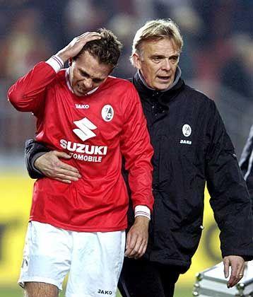 Schwerer Gang: Freiburgs Trainer Volker Finke (r.) begleitet Daniel Schumann nach der 0:3-Niederlage in Kaiserslautern vom Platz