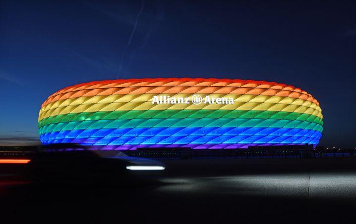 Anlässlich des Christopher Street Day leuchtete 2016 bereits die Münchner Allianz-Arena bunt