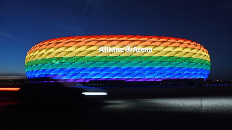 Die Allianz Arena bei einer älteren Aufnahme in den Regenbogenfarben