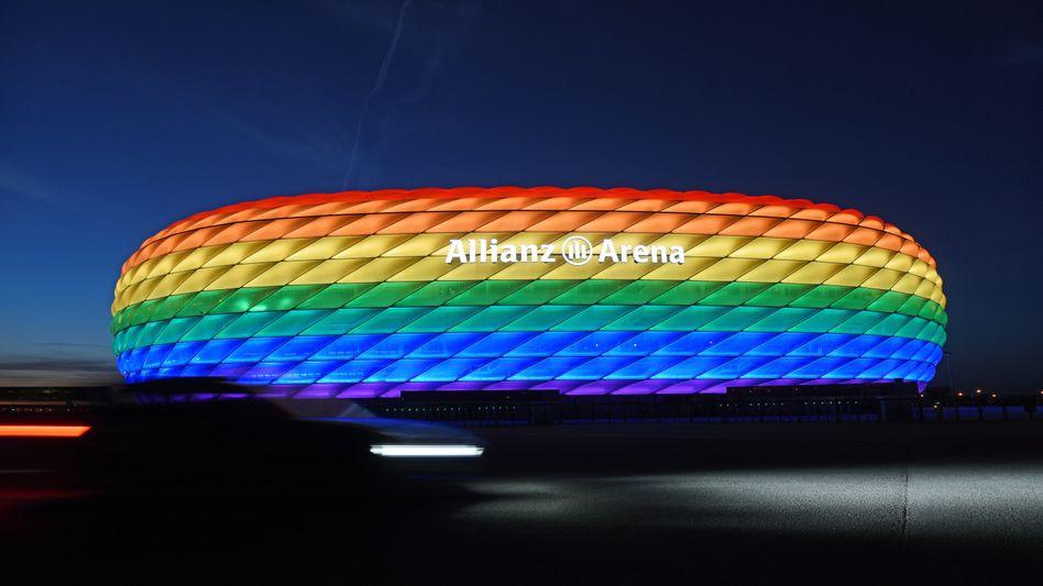 Münchner Stadion in Regenbogenfarben (im Juli 2016): Entscheiden müssen Uefa und DFB