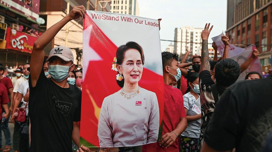 Protestierende mit Plakat der abgesetzten Regierungschefin Suu Kyi in Yangon
