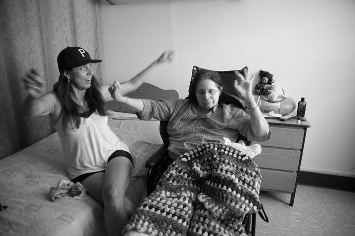Die Schwester und die Mutter von Fotografin Hannah Kozak bei einer Geburtstagsfeier