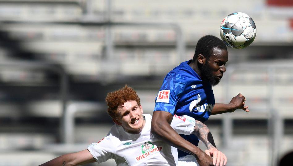 Bremens Joshua Sargent verliert eines der vielen Kopfballduelle