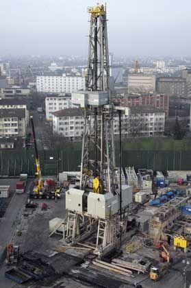 Bohrturm in Basel-Kleinhüningen: Wasser wird in heiße Gesteinsschichten gepumpt, um die Erdwärme an die Oberfläche zu bringen