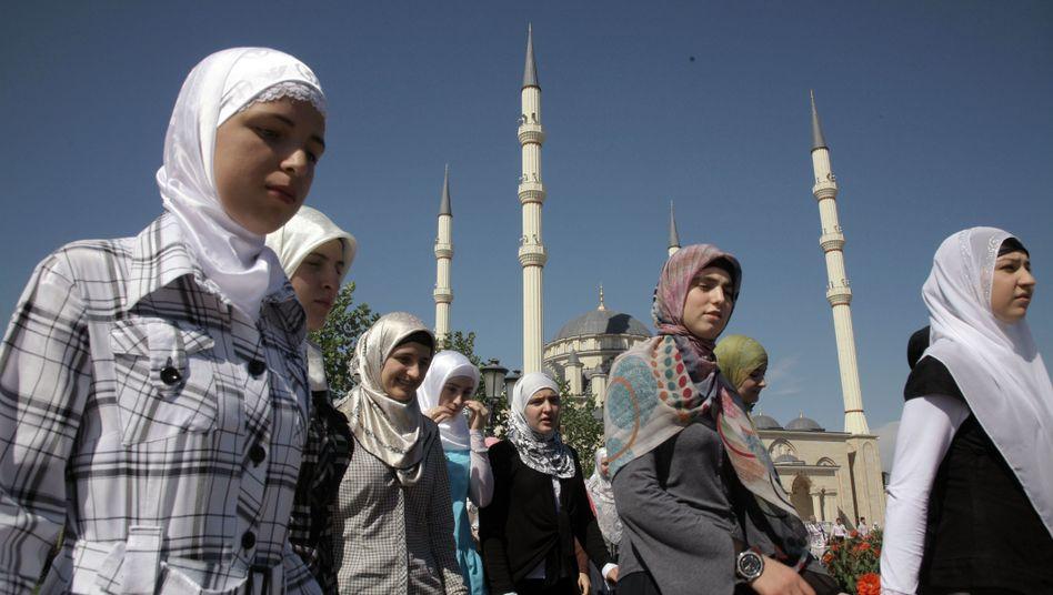 """Studentinnen vor der Moschee im Zentrum von Grosny: """"Schande ist ein gefährliches Wort"""""""