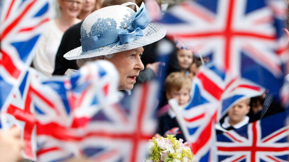 Queen Elizabeth inmitten von Kindern mit britischen Flaggen