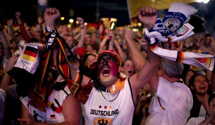 Fanmeile vor dem Brandenburger Tor: Gegenwelt zum Alltag