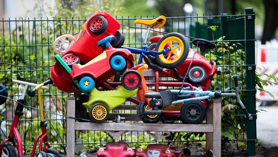 Spielautos vor einer Kita in Berlin (Archivbild): Kinder zeigen seltener Symptome