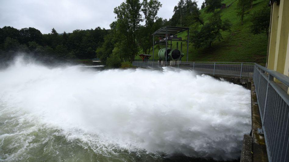 An der Rurtalsperre wird am Freitagnachmittag Wasser abgelassen. Ein Bersten an dieser Stelle konnte so vermieden werden