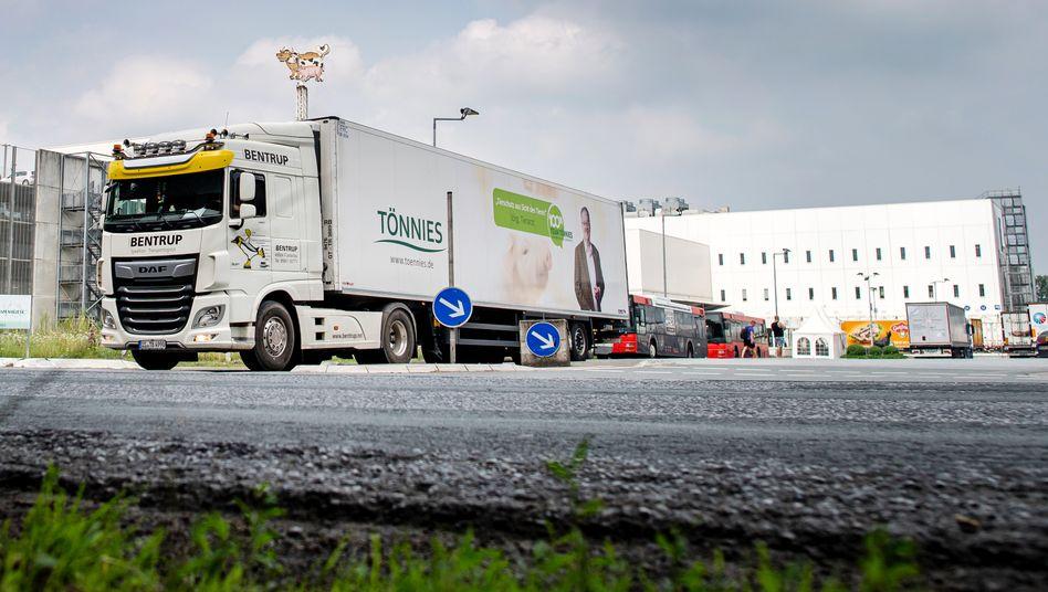 """Lastwagen vor dem Werksgelände von Tönnies in Rheda-Wiedenbrück: """"Wir sind durchaus überzeugt, dass wir viele Sachen richtig machen"""""""