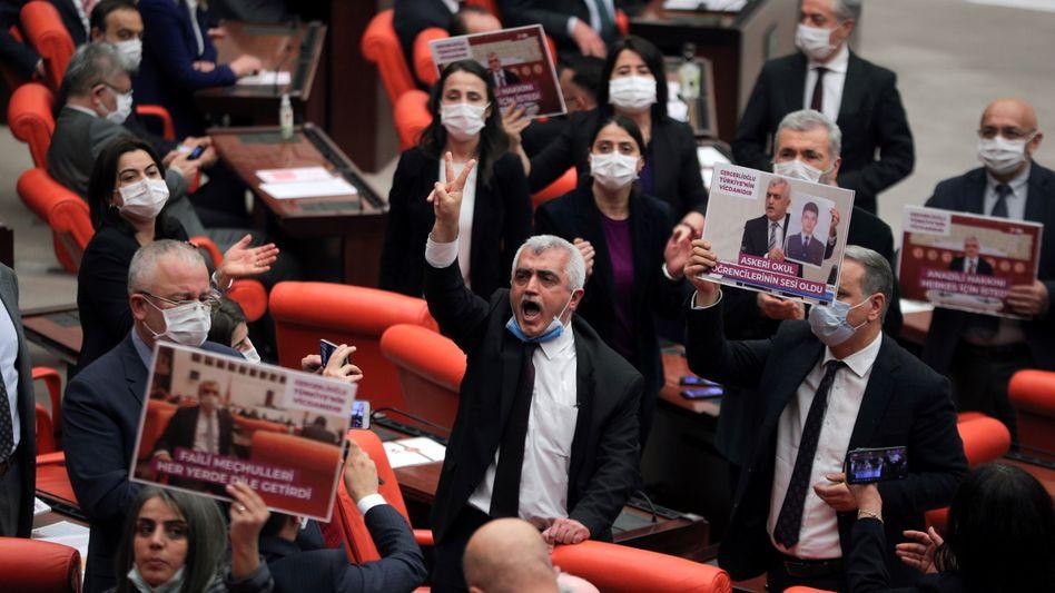 HDP-Politiker Gergerlioğlu (Mitte) protestiert mit Parteifreundinnen gegen seinen Ausschluss aus dem Parlament