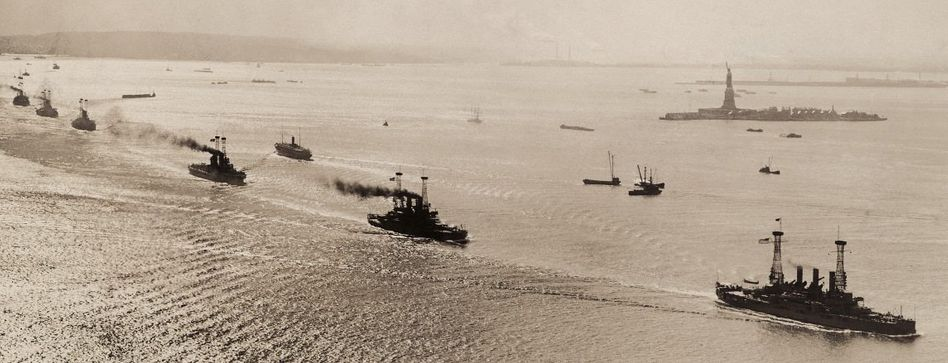 Auslaufende US-Kriegsschiffe in New York 1918 »Frieden ohne Sieg«