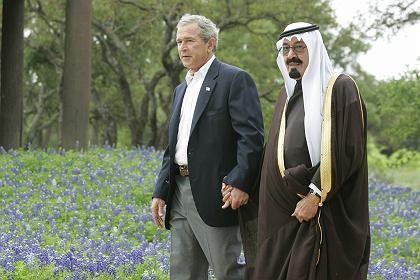 """US-Präsident mit dem saudischen Kronprinzen Abdullah (gestern auf Bushs Ranch in Texas): """"Die Vereinigten Staaten werden eure Unterdrückung nicht ignorieren"""""""