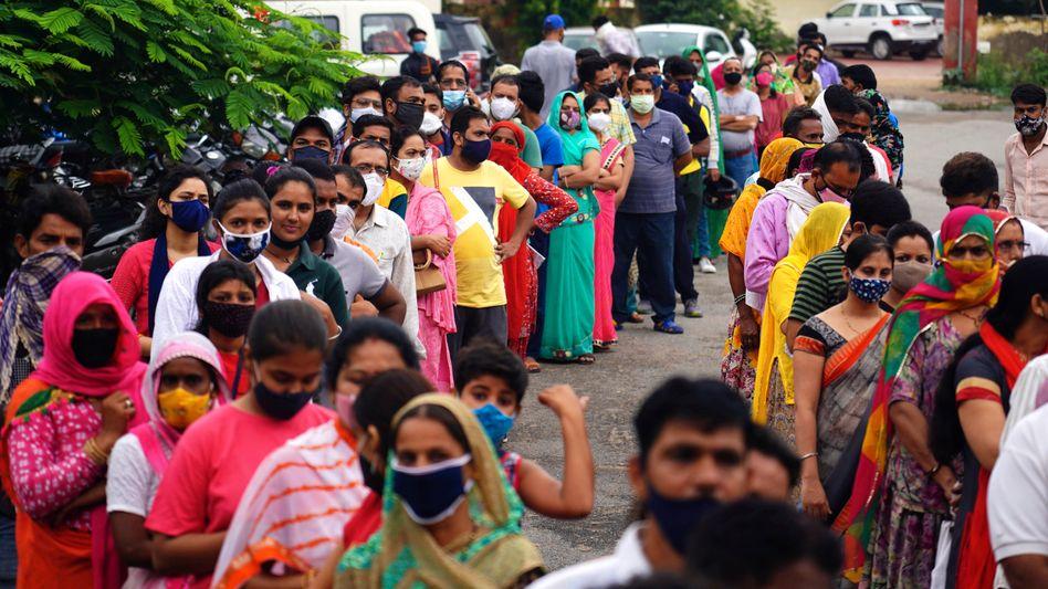Anstehen für die zweite Covid-19-Impfung in Ajmer, Rajasthan: Indien wird sein Impfziel bis Ende des Jahres wohl nicht erreichen – bisher sind nur etwa sieben Prozent vollständig immunisiert