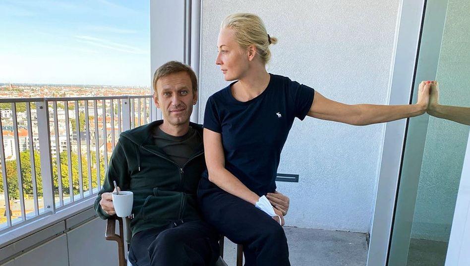Alexej Nawalny und seine Frau Julia auf einem Balkon der Berliner Charité