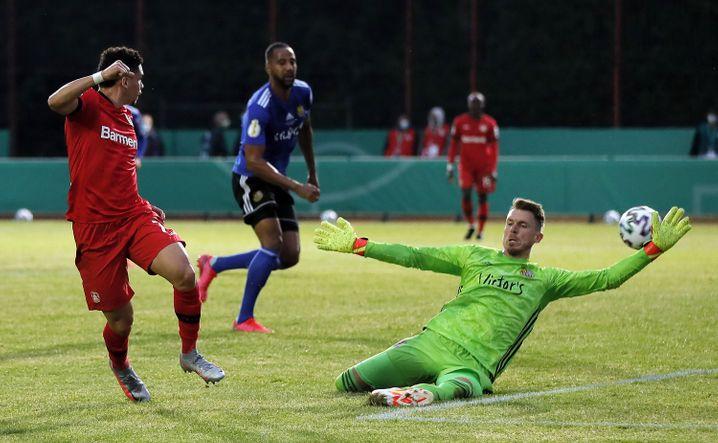 Saarbrückens Torhüter Daniel Batz (rechts) im Zweikampf mit Leverkusens Paulinho: Der 1. FC Saarbrücken erreichte 2020 als erster Viertligist das Halbfinale des DFB-Pokals